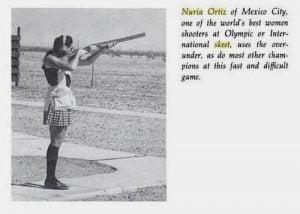 Recorte de jornal antigo de mulher disparando em prova de tiro desportivo